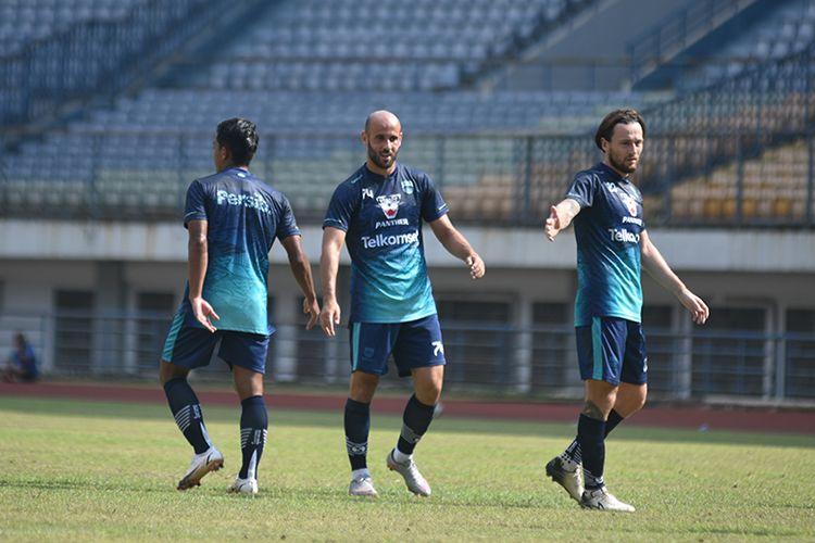 Mohammed Bassim Rashid dan Marc Anthony Klok bermain bersama saat Persib Bandung beruji tanding dengan Persib U-20, di Stadion GBLA, Sabtu (28/8/2021).