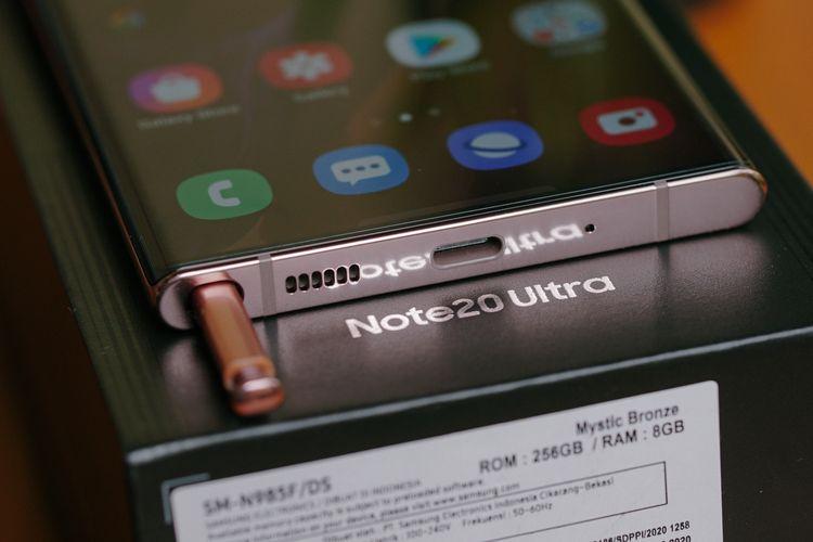 Pena stylus Galaxy Note 20 Ultra disimpan di dalam bodi perangkat dalam kompartemen khusus di bagian bawah yang letaknya kini diubah, menjadi di sisi kiri konektor USB C. Di sini juga terdapat grill speaker