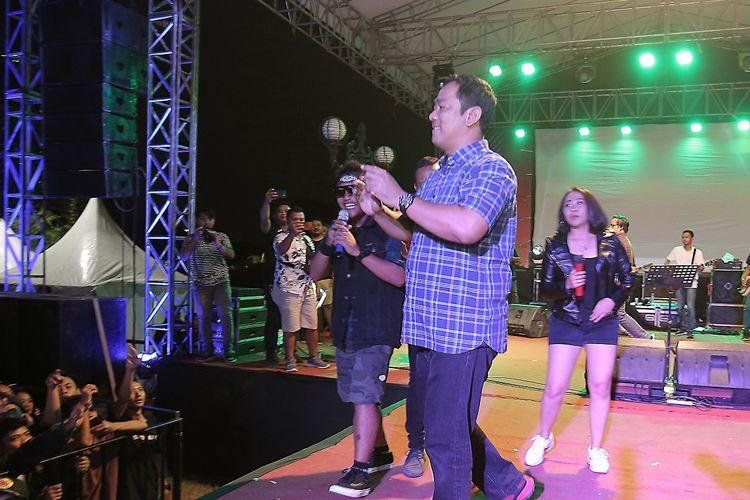 Wali Kota Semarang Hendrar Prihadi tampil bersama grup band Pendhoza di acara penutupan ajang Semarang Jelajah Musik x Semarang Introducing Market di Kawasan Banjir Kanal Barat, Kota Semarang, Sabtu (24/8/2019)