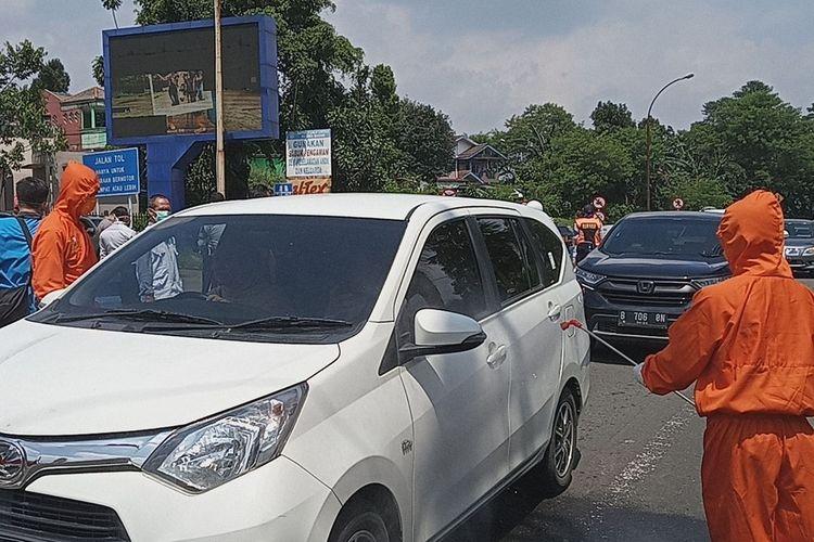 Sejumlah tim Satgas Covid-19 Kabupaten Bogor memeriksa sejumlah wisatawan yang hendak ke Puncak Bogor, Jawa Barat.