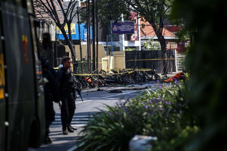 Suasana setelah ledakan bom di Gereja Pantekosta Pusat Surabaya (GPPS) di Jalan Arjuna, Surabaya, Jawa Timur, Minggu (13/5/2018). Akibat ledakan itu, 5 mobil dan 30 motor terbakar.
