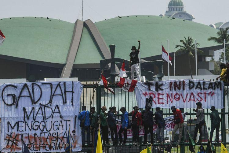 Sejumlah mahasiswa dari berbagai perguruan tinggi di Indonesia berunjuk rasa di depan gedung DPR, Jakarta, Selasa (24/9/2019).