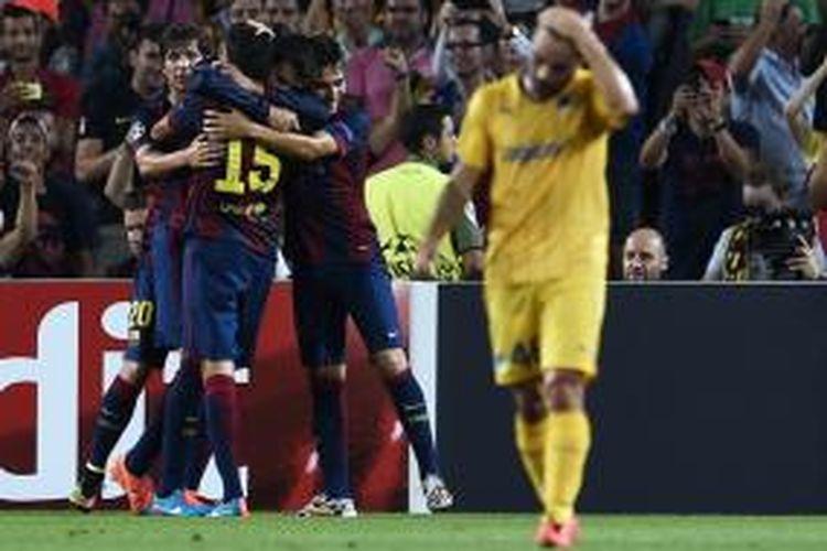 Para pemain Barcelona saat merayakan gol Gerard Pique ke gawang APOEL pada matchday pertama Grup F Liga Champions di Stadion Camp Nou, Rabu (17/9/2014).