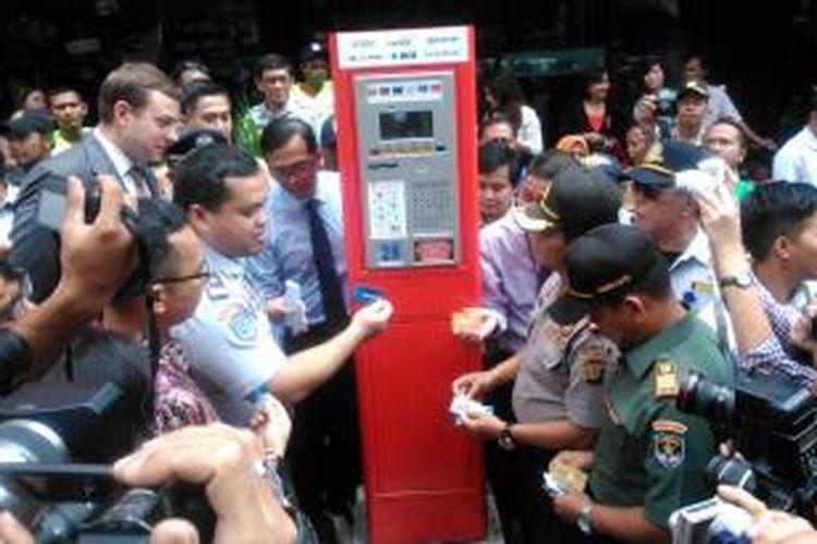 Kepala UP Perparkiran Dishubtrans DKI, Sunardi Sinaga, saat memperagakan cara penggunaan Terminal Parkir Elektronik, Rabu (25/3/2015).