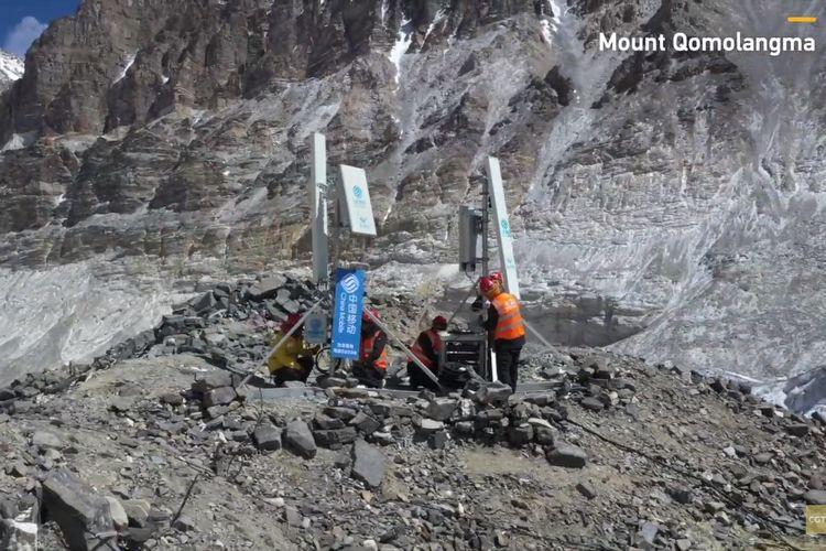 Cuplikan video pemasangan BTS 5G di gunung Everest