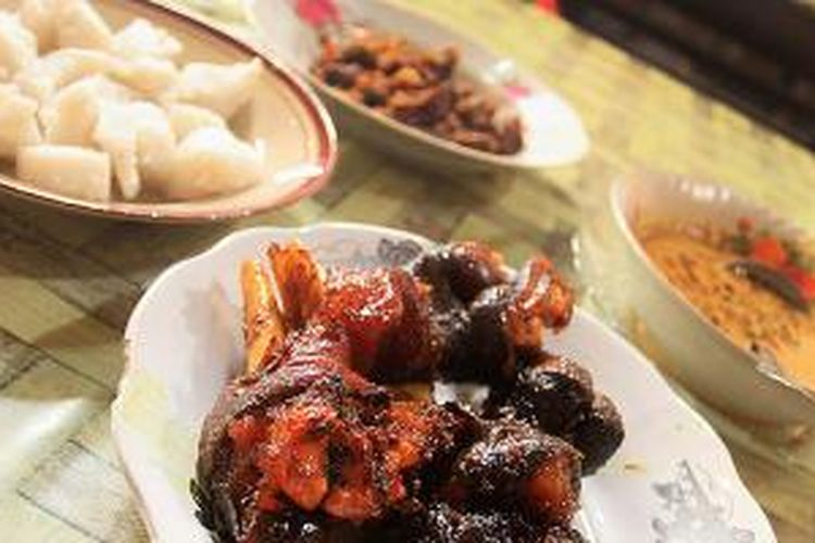 Sajian lengkap gulai Melung dengan dengkil atau kaki kambing bakar, daging, ketupat, dan kuah santan kacang.