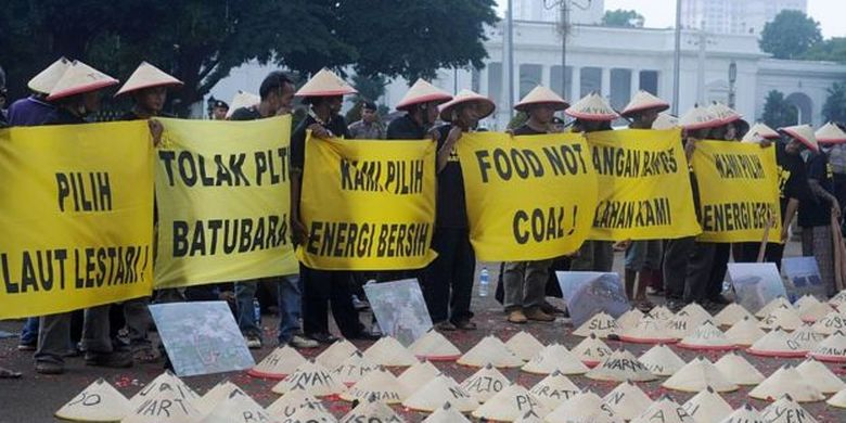 Pertambangan batu bara kerap ditentang kelompok warta sipil. Selain mengalihfungsi lahan pertanian, dampak energi fosil itu disebut merusak kelestarian lingkungan.