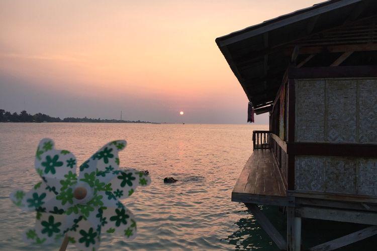 Pemandangan matahari terbenam di resor Tidung Lagoon, di Pulau Tidung, Kepulauan Seribu.