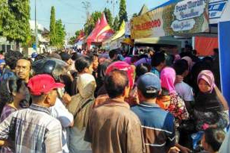 Ratusan Warga Kabupaten Jember, Jawa Timur, Sabtu (18/6/2016), langsung menyerbu stand pasar murah Polres Jember.