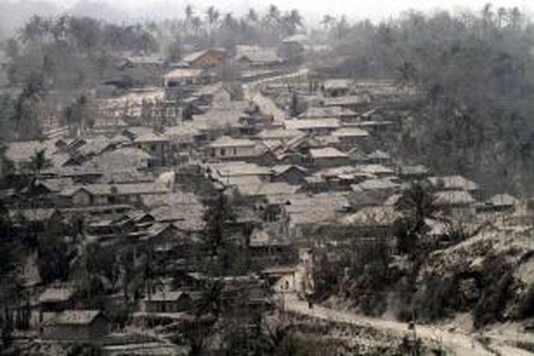 Kondisi perkampungan yang tertimbun abu vulkanik Gunung Kelud di Desa Pandansari, Kecamatan Ngantang, Kabupaten Malang, Sabtu (15/2/2014).
