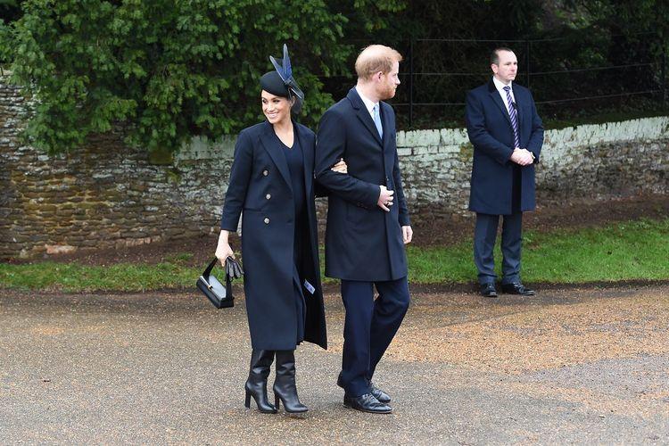 Duchess of Sussex atau Meghan Markle dan Duke of Sussex (Pangeran Harry) usai menghadiri kebaktian Natal keluarga Kerajaan Inggris di St Mary Magdalene Church di Sandringham, Norfolk, pada 25 Desember 2019.