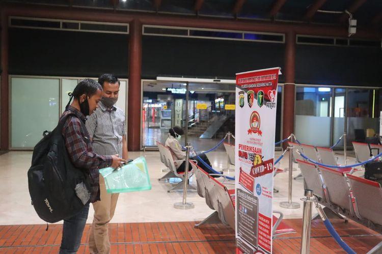 Kegiatan rapid test graris dari Polres Bandara Soekarno-Hatta di Terminal 2E keberangkatan domestik Bandara Soekarno-Hatta, Rabu (25/6/2020)