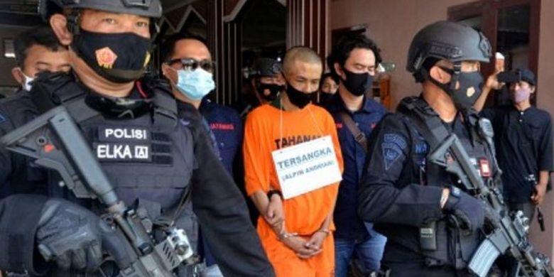 Tersangka Alpin Adrian saat memperagakan reka ulang kasus penikaman terhadap Syekh Ali Jaber di Masjid Falahudin Bandar Lampung, Lampung, Kamis (17/9/2020)