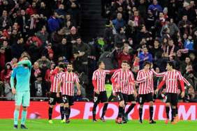 Para pemain Athletic Bilbao merayakan gol ke gawang Barcelona pada partai pertama babak 16 besar Copa del Rey di Stadion San Mames, Kamis (5/1/2017).
