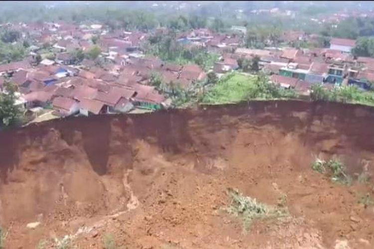Tebing sepanjang 500 meter longor di Kampung Cipager, Desa Karyamekar, Kecamatan Cilawu, Garut.