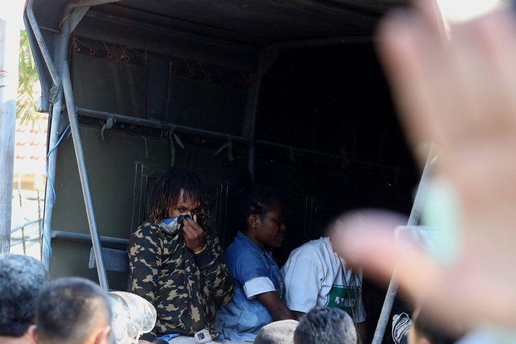Polisi membawa sejumlah orang yang diamankan dari Asrama Mahasiswa Papua di Jalan Kalasan 10, Surabaya, Jawa Timur, Sabtu (17/8/2019). Sebanyak 43 orang dibawa oleh pihak kepolisian untuk diminta keterangannya tentang temuan pembuangan bendera Merah Putih di depan asrama itu pada Jumat (16/8/2019).