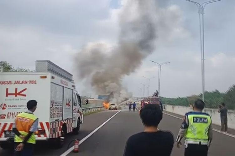 Gambar memperlihatkan suasana saat mobil sedan jenis Agya terbakar di jalan tol Palembang-Indralaya Ogan Ilir Selasa