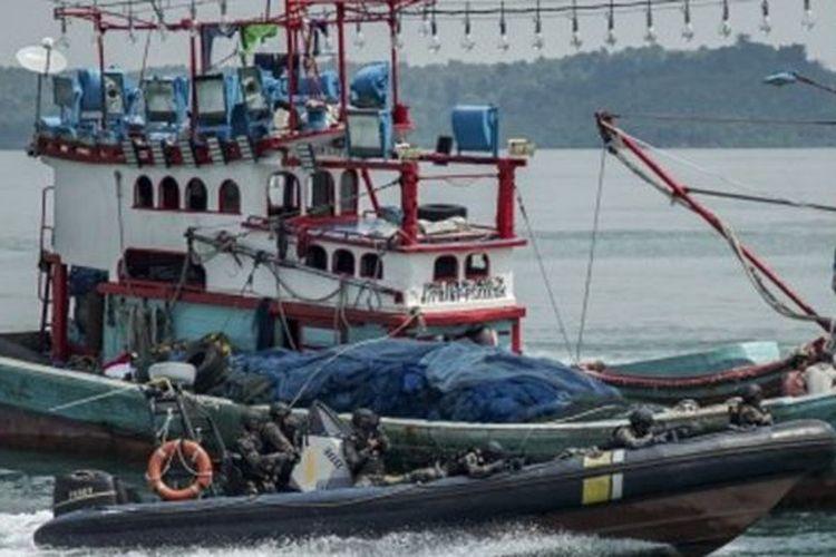 Personel Pengawasan Sumber Daya Kelautan dan Perikanan (PSDKP) dengan menggunakan speed boat melakukan penyergapan terhadap kapal yang diduga melakukan ilegal fishing saat simulasi di Dermaga PSDKP Batam, Kepulauan Riau, Rabu (13/11/2019).