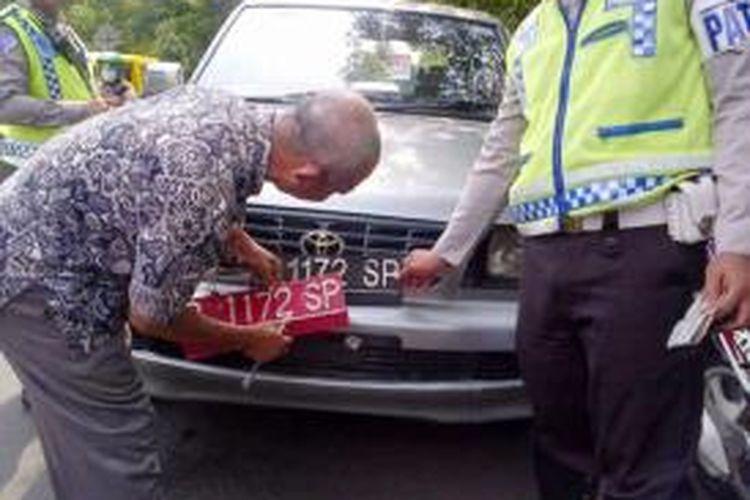 Inilah salah satu kendaraan dinas milik Pemkab Jember, Jawa Timur, yang ditilang oleh petugas Satlantas Polres Jember karena menggunakan pelat berwarna hitam, Rabu (4/12/13)