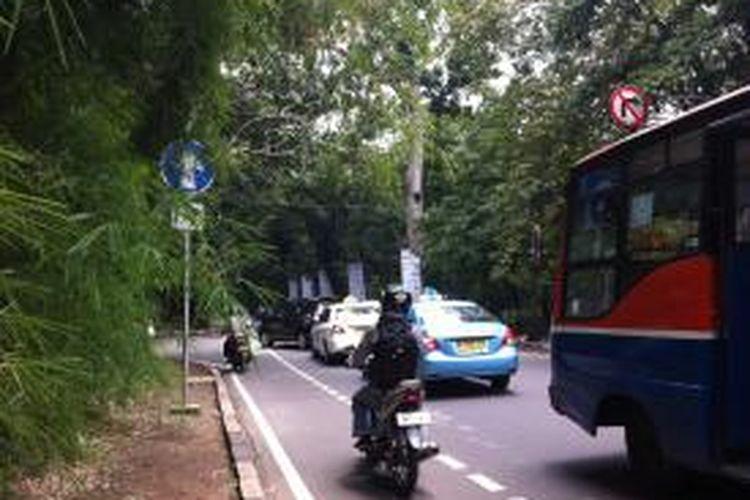 Jalur sepeda di Jalan Senopati, Kebayoran Baru, Jakarta Selatan, tampak dimanfaatkan sepeda motor. Gambar diambil Jumat (6/3/2015).