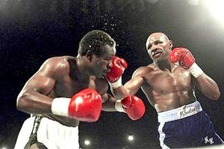 John Mugabi (kiri) saat menghadapi Marvin Hagler
