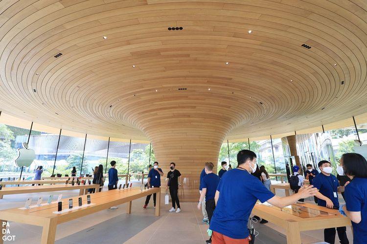 Kondisi dalam Apple Central World Bangkok atau Apple Store kedua di Thailand yang diisi jajaran etalase produk.