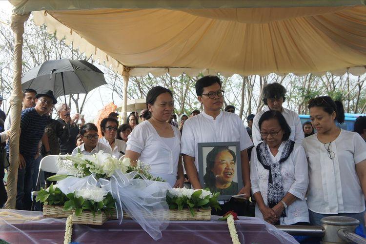 Istri, anak dan cucu Arswendo Atmowiloto saat prosesi pemakaman di San Diego Hills, Karawang, Sabtu (20/7/2019).