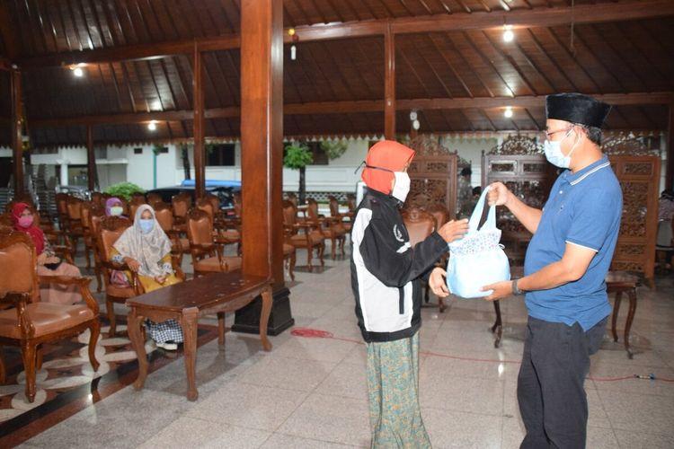 Perwakilan warga Desa Sirau, Kecamatan Kemranjen, secara simbolis mengembalikan BLT kepada Bupati Banyumas Achmad Husein di Pendapa Sipanji Purwokerto, Kabupaten Banyumas, Jawa Tengah, Rabu (6/5/2020) sore.