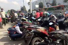 Bukan Sanksi, Satpol PP Tertibkan Kerumunan dengan Cabut Pentil Kendaraan di Pasar Jatinegara