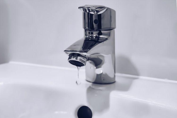Ilsutrasi air keran mengalir kecil dan pelan
