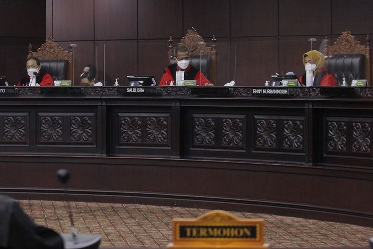Ketua Majelis Hakim Saldi Isra (tengah) didampingi hakim konstitusi Enny Nurbangingsih (kanan) dan Suhartoyo (kiri) memimpin sidang perdana Perselisihan Hasil Pemilihan (PHP) Bupati Sabu Raijua, Nusa Tenggara Timur (NTT) 2020 di Gedung Mahkamah Konstitusi (MK), Jakarta, Senin (8/3/2021). Sidang mengagendakan pemeriksaan saksi terkait perkara Bupati terpilih Sabu Raijua Orient P Riwu Kore yang berstatus warga negara Amerika Serikat.  ANTARA FOTO/ Reno Esnir/foc.