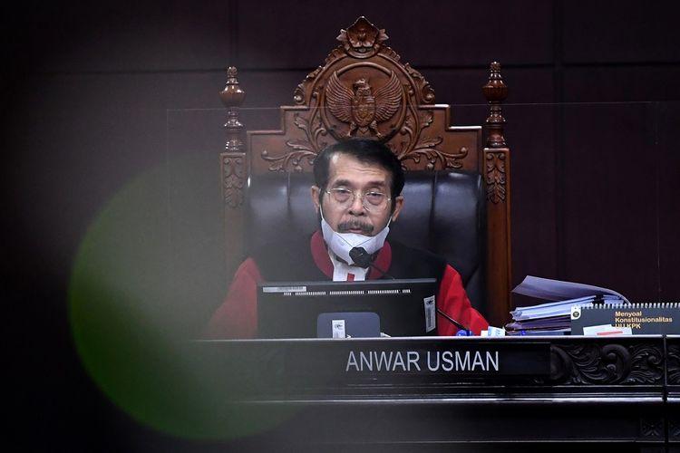Ketua Majelis Hakim Mahkamah Konstitusi (MK) Anwar Usman memimpin jalannya sidang perkara Pengujian Formil dan Materiil UU Nomor 11 Tahun 2020 tentang Cipta Kerja terhadap UUD 1945 di Gedung MK, Jakarta, Kamis (10/6/2021). Sidang dengan acara mendengarkan keterangan DPR dan Presiden tersebut ditunda dan akan digelar kembali pada 17 Juni 2021. ANTARA FOTO/Galih Pradipta/foc.