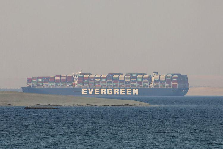 Dalam foto file 30 Maret 2021 ini, Kapal Ever Given, sebuah kapal kargo milik perusahaan galangan kapal besar Jepang Imabari Shipbuilding dan disewa oleh perusahaan pengangkutan dan pengiriman peti kemas Evergreen Marine Taiwan, terlihat tertambat di Great Bitter Lake Mesir.