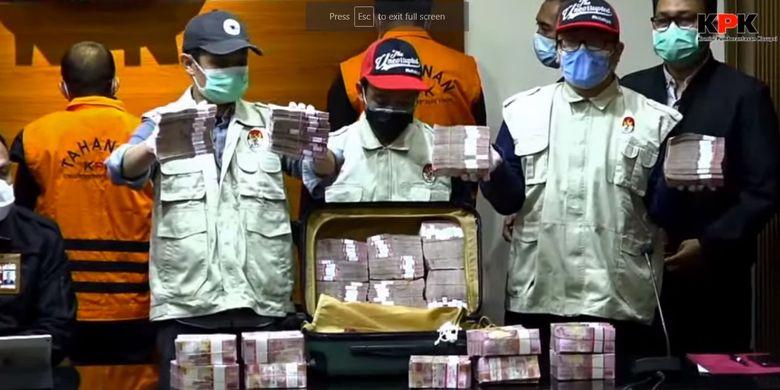 Tangkapan layar barang bukti berupa uang yang diamankan petugas KPK dalam operasi tangkap tangan Gubernur Sulawesi Selatan Nudin Abdullah, Sabtu (27/2/2021).