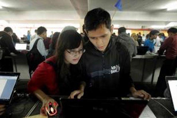 Pencari kerja mengisi data pribadi di acara Kompas Karier Fair di Balai Kartini, Jakarta, Jumat (30/8/2013). Acara yang berlangsung hingga 31 Agustus ini menyediakan ribuan lowongan pekerjaan dari total peserta pameran 205 perusahaan nasional, multinasional, BUMN, kementerian, dan lembaga pemerintah.