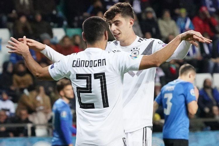 Kai Havertz menyelemati Ilkay Guendogan yang menjadi bintang pada laga Estonia vs Jerman dalam kualifikasi Euro 2020 di A Le Coq Arena, Talinn 13 Oktober 2019.