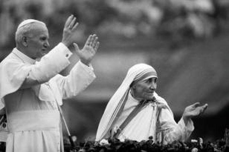 Bunda Teresa dan Paus Yohanes Paulus II melambaikan tangan kepada umat di Nirmal Hriday Home di Kolkata, 3 Februari 1986.