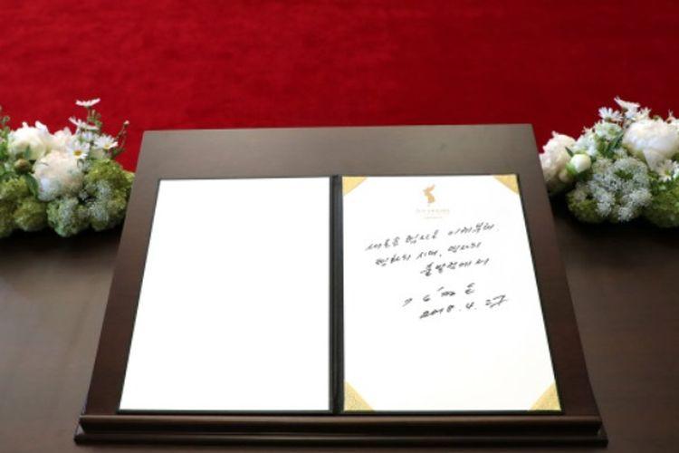 Inilah pesan yang dituliskan Pemimpin Korea Utara Kim Jong Un di buku tamu saat Konferensi Tingkat Tinggi Antar-Korea di Panmunjom, Korea Selatan, Jumat (27/4/2018).