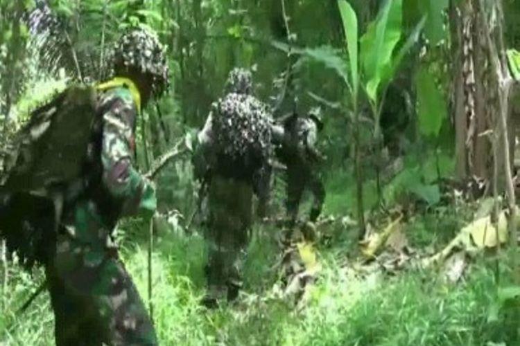 Atraksi terjun payung pasukan elit kostrad menginfiltrasi kelompok separatis, pukau warga Polman