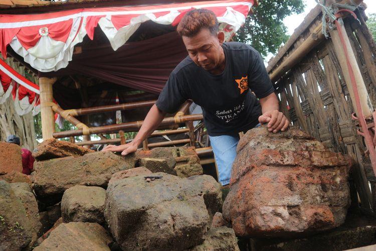 Pecahan struktur bata kuno yang ditemukan lahan penggalian pembuatan kolam pancing, di sebelah timur dari petirtaan kuno di Dusun Sumberbeji, Desa Kesamben, Kecamatan Ngoro, Kabupaten Jombang, Jawa Timur.