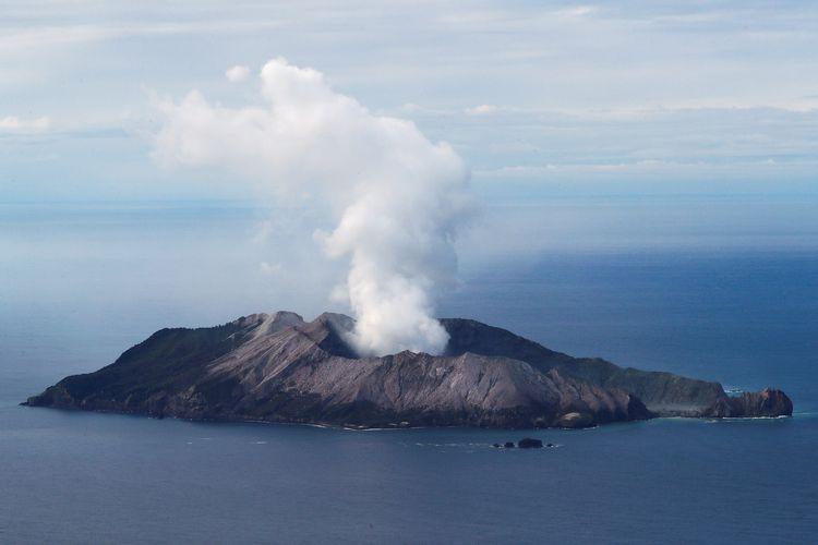 Foto udara memperlihatkan Whaakari, dikenal juga sebagai Pulau Putih, dengan gunungnya yang berasap pada 12 Desember 2019. Gunung meletus yang terjadi pada 9 Desember 2019 itu mengakibatkan 8 orang tewas, dan 9 orang dilaporkan hilang, dengan diprediksi mereka tidak selamat.