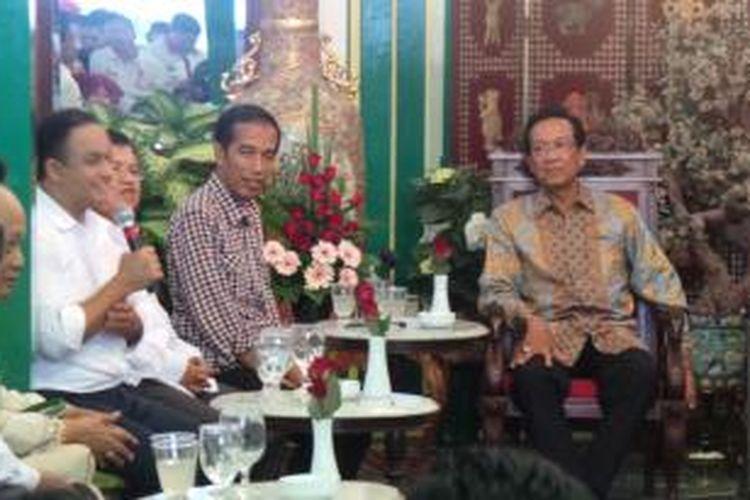 Joko Widodo dan Jusuf Kalla saat menemui Sri Sultan Hamengku Buwono X di Keraton Ngayogyakarta Hadiningrat, Senin (2/6/2014).
