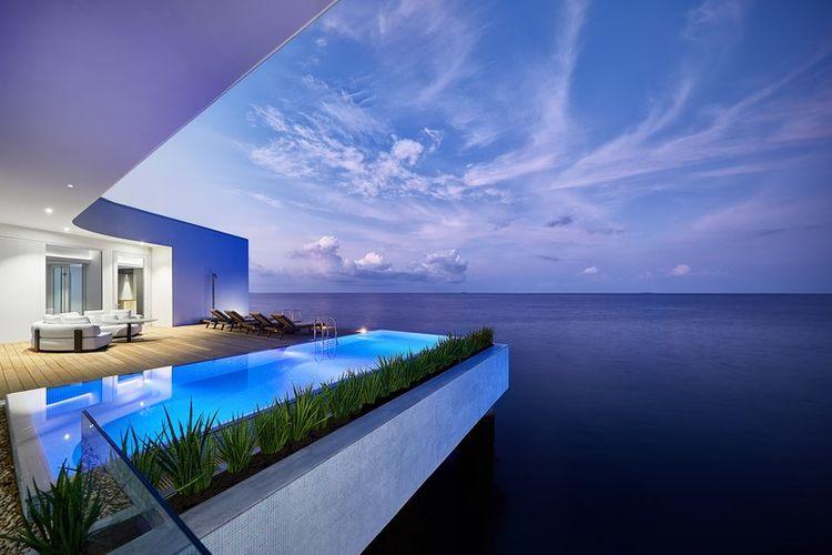 Pada tingkat paling atas terbuat dari dinidng kaca yang menawarkan pemandangan ombak, dermaga pribadi, kolam, serta dek kecil.