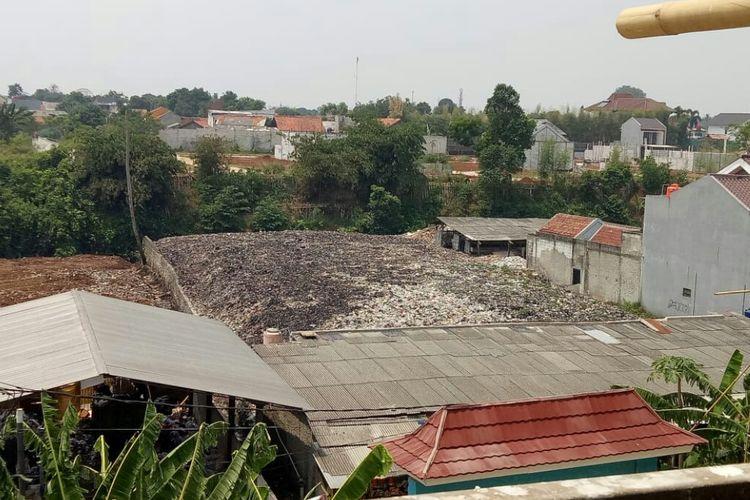 Tempat pembuangan akhir (TPA) ilegal yang berlokasi di jalan Kemuning 3, Pamulang, Tangsel. Lokasi TPA berdekatan dengan SDN Pamulang 02 membuat murid sesak nafas.