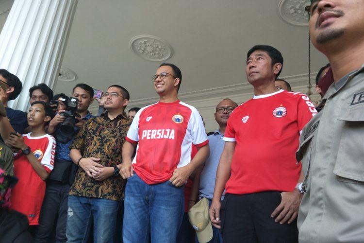 Gubernur DKI Jakarta Anies Baswedan menunggu kedatangan para pemain dan suporter Persija di depan pendopo Balai Kota, Minggu (18/2/2018).