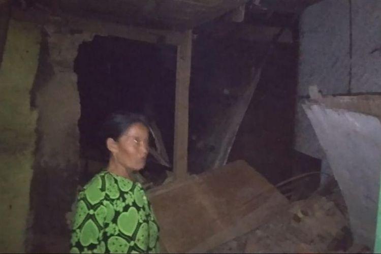 Rumah warga yang rusak akibat gempa Banten di wilayah Kecamatan Banjarwangi, Jumat (02/08/2019) malam