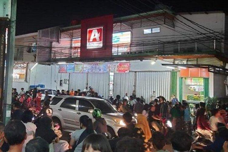 Suasana di depan mini market lokasi pria tanpa identitas lakukan percobaan bunuh diri, Jalan Buaran Raya, Duren Sawit, Jakarta Timur, Sabtu (24/10/2020).
