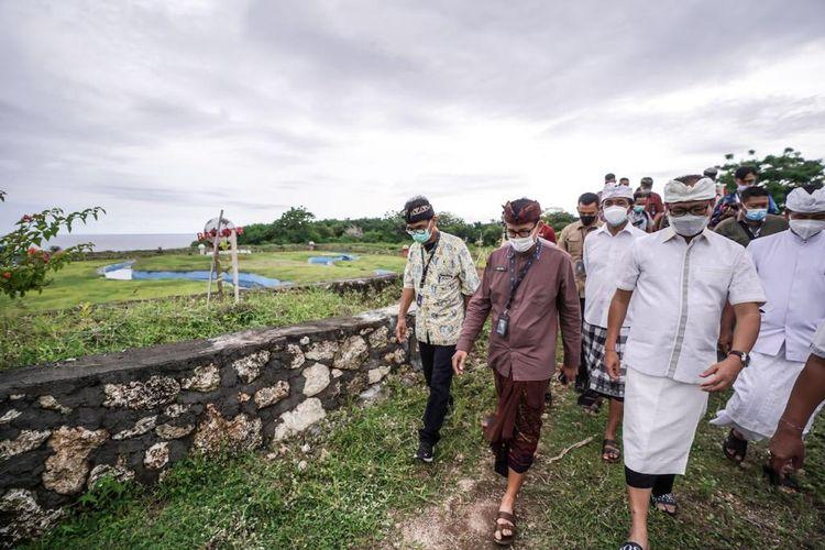 Menparekraf Sandiaga Uno sedang melakukan peninjauan ke Desa Wisata Kutuh di Kabupaten Badung, Bali (dok. Kemenparekraf).