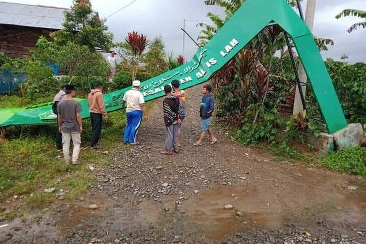 Gapura pondok pesantren, puluhan rumah rusak berat dan 1 rumah roboh saat hujan es disertai angin kencang di Desa Pulau Tengah, Jangkat Merangin