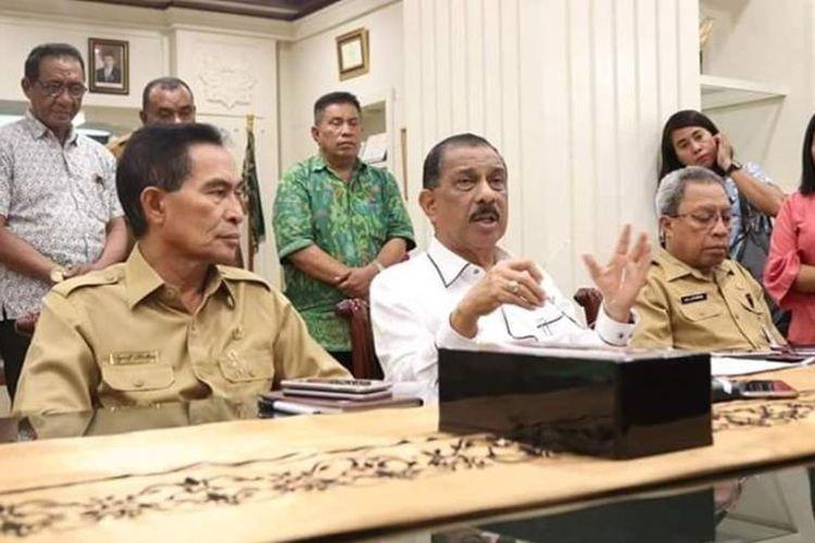 Wali Kota Ambon, Richard Louhenapessy didampingi Wakil Wali Kota Ambon, Syarif Hadler dan Sekretaris Kota Ambon, Anthony Gustav Latuheru saat memberikan keterangan kepada waratwan terkait penemuan ribuan ikan mati mendadak di sejumlah pantai di Ambon, Senin (16/9/2019)